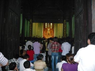 Foule dans la cathédrale St Joseph